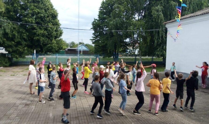 7 июня, на базе МБОУ СОШ № 12 начал свою работу летний лагерь дневного пребывания «Веснушки» для 50 детей нашего нутора